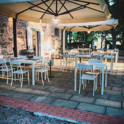 Il ristorante all'aperto nel parco della tenuta di Tenimenti d'Alessandro